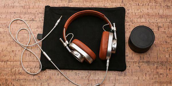 Master Dynamic MH40 over-ear headphones stand sit illustration mobile ios screenshot app freelance designer