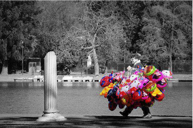 b and w shot coloring El Vendedor de Colores