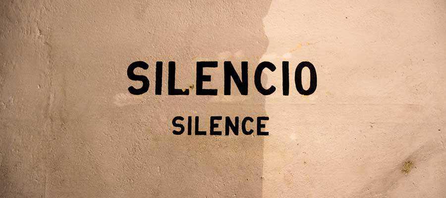 "A sign that reads ""SILENCIO / SILENCE""."