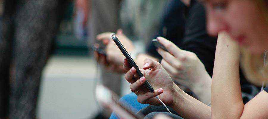 Les personnes utilisant des téléphones portables.