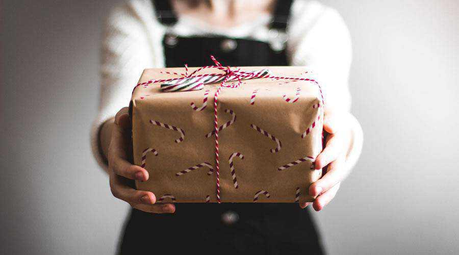 Woman Holding Christmas Gift hd wallpaper desktop high-resolution background