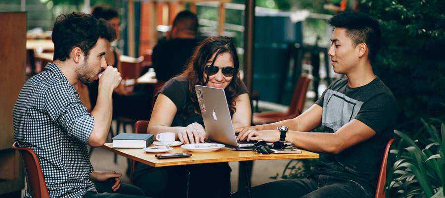 meeting-people computer outside coffee